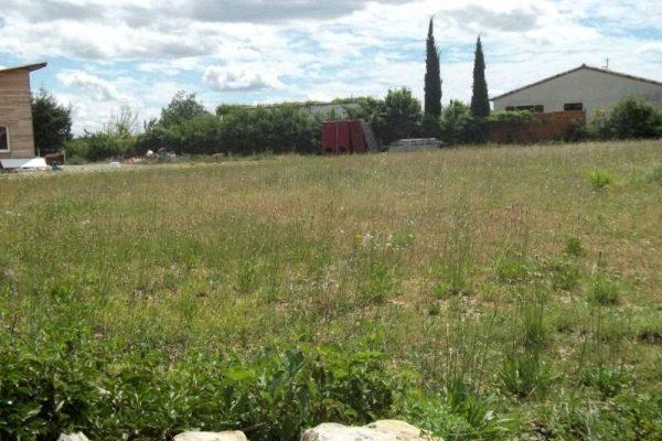 Terrain plat constructible, non viabilisé mais en bordure, dans petit hameau calme et...