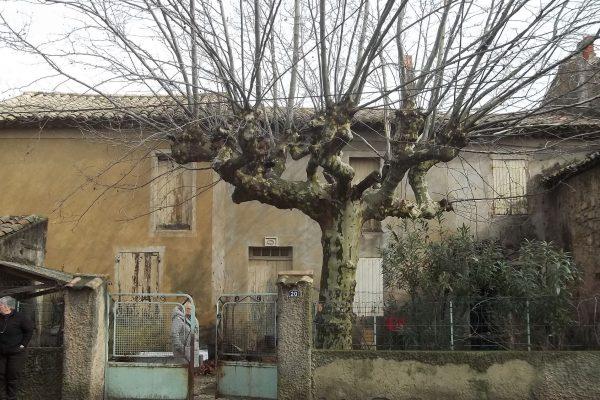 A LAPALUD (84 VAUCLUSE). Maison de village en mauvais état, avec cour sur rue, à rénover...