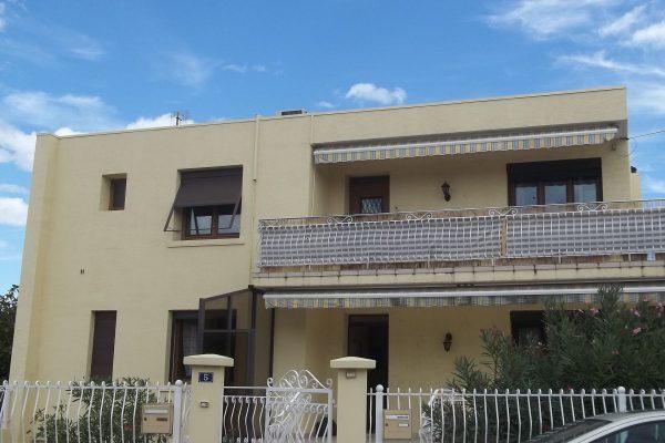 Maison d'habitation composée de 2 logements distincts (rdc et 1er étage), se composant : -...