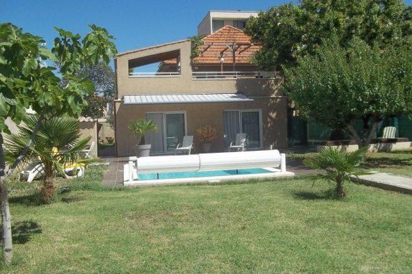 A  PIERRELATTE (DROME). Maison de ville d'environ 145m² sur 850m² de terrain avec piscine,...