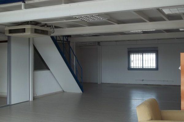 Entrepot d'environ 200m² au sol avec mezzanine d'environ 100m² à hauteur d'homme, dans...