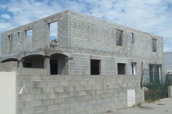 Gros oeuvre en cours d'achèvement d'un atelier artisanal et d'un logement de fonction dont...