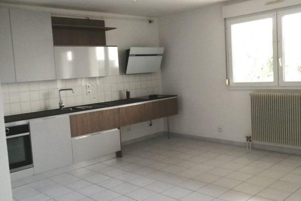 A PIERRELATTE, centre-ville, appartement de type 3 entièrement refait à neuf en...
